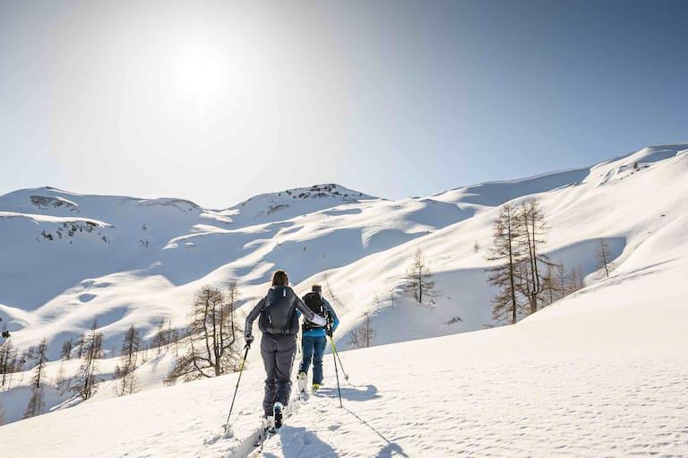 Einsamkeit, Natur und Schnee auf einer Skitour genießen.