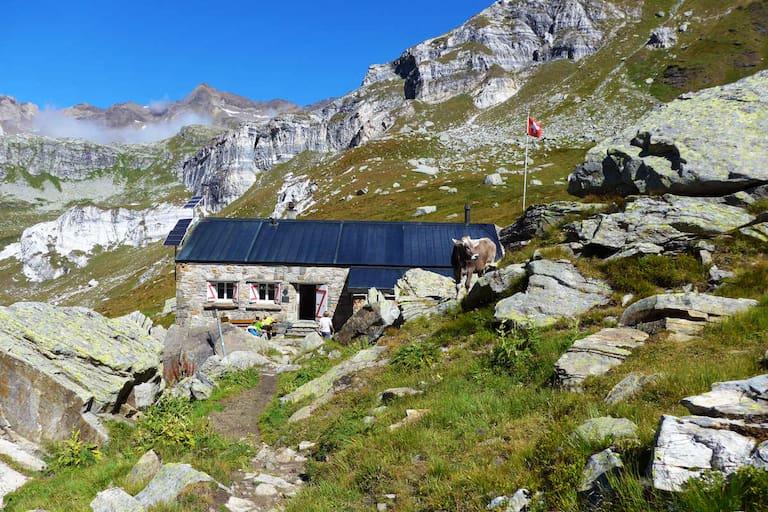 Die Binntalhütte in den Tessiner Alpen im Wallis