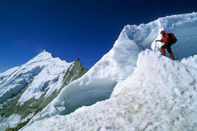 Schweiz: Bergsteigerin am Bishorn in den Walliser Alpen