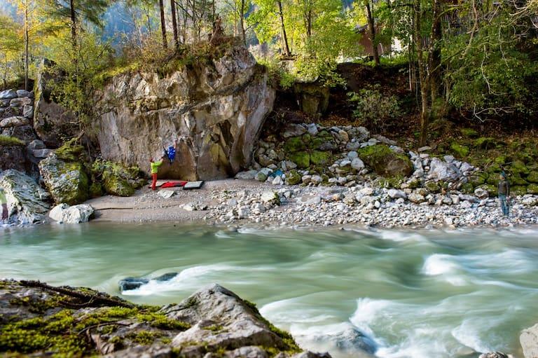 In den Bouldergebieten Fuchsloch und Bach bouldert es sich dank der kühlen Saalach selbst im Sommer hervorragend