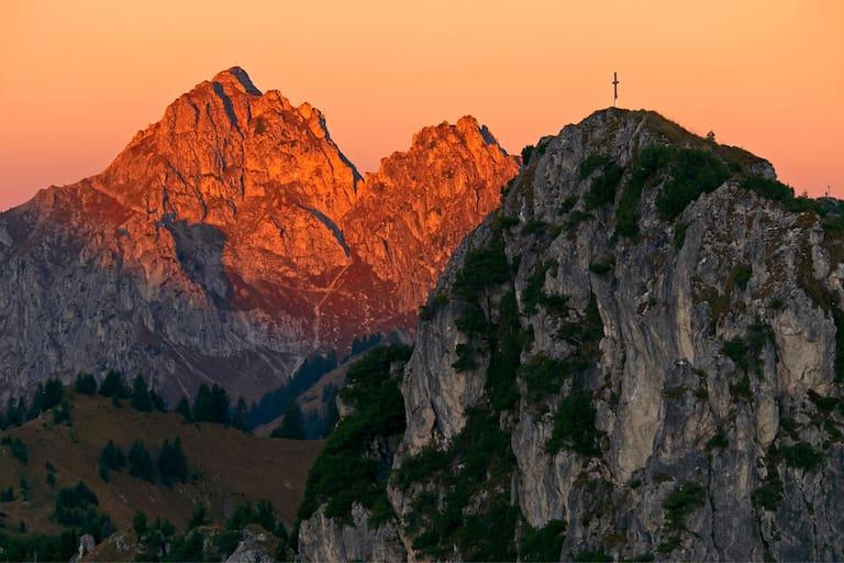 Blick vom Teufelstättkopf auf die Große Klammspitze (1.924 m) links und den Brunnenkopf (1.718 m) rechts in den Ammergauer Alpen