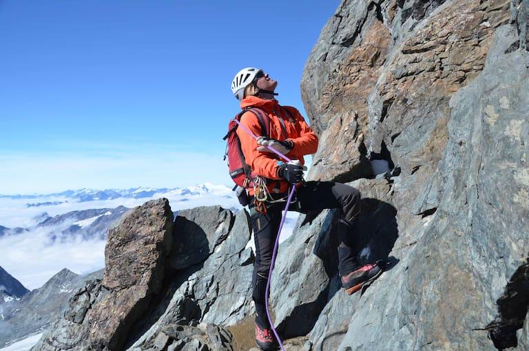 Roman Dirnböck ist seit über 30 Jahren als Bergführer tätig. Unterwegs am Stüdlgrat zum Gipfel des Großglockner (3.798 m)