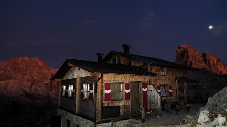 Büllelejochhütte in den Dolomiten in Südtirol bei Nacht