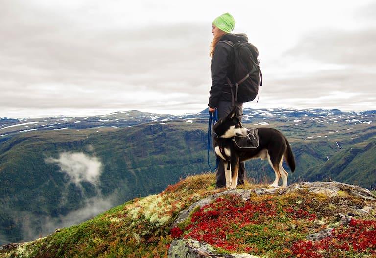Wanderin mit ihrem Hund
