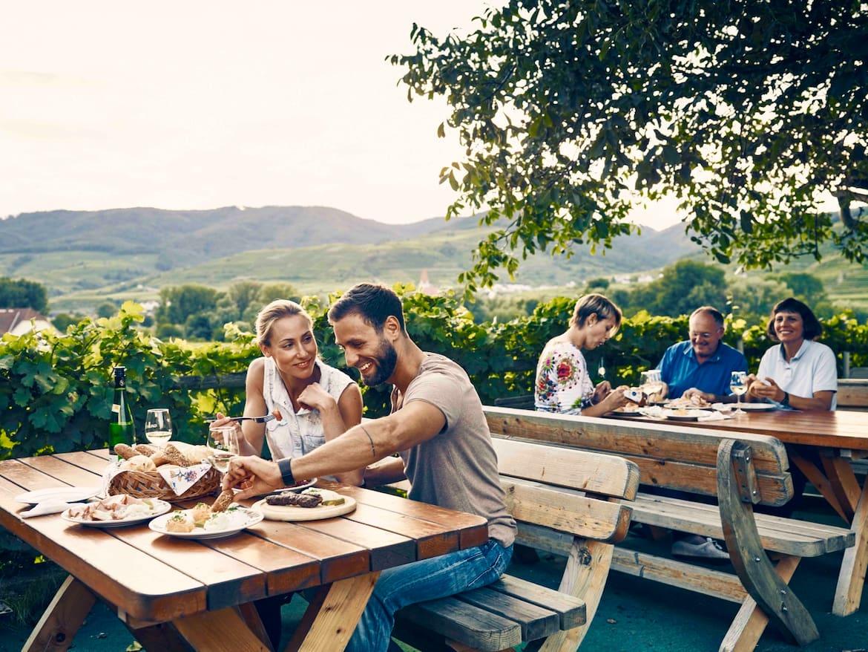Der Genuss von jungem Wein und kulinarischen Schmankerl beim Heurigen gehört an der Donau einfach dazu.