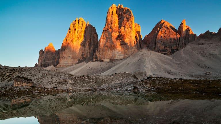 Die Drei Zinnen im sanften Abendrot in den Südtiroler Dolomiten