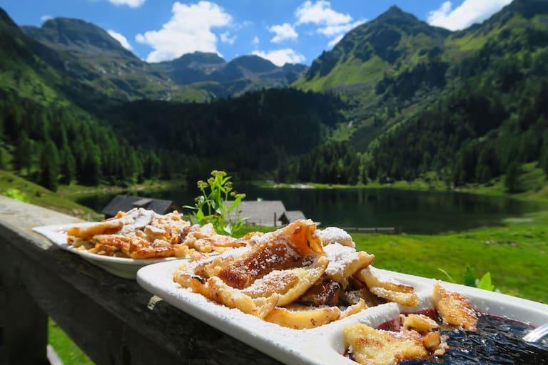 Kaiserschmarrn auf der Duisitzkarseehütte in den Schladminger Tauern in der Steiermark