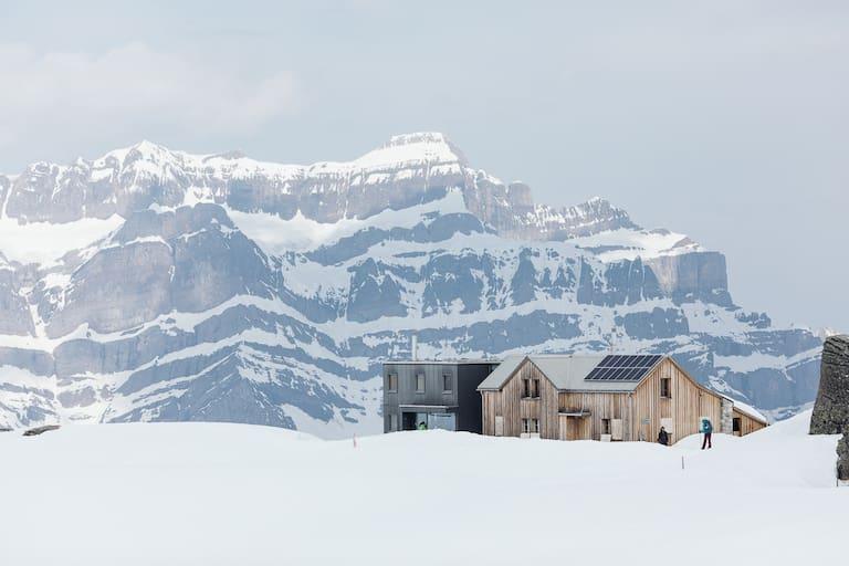 Die Leglerhütte (2.273 m) in den Glarner Alpen