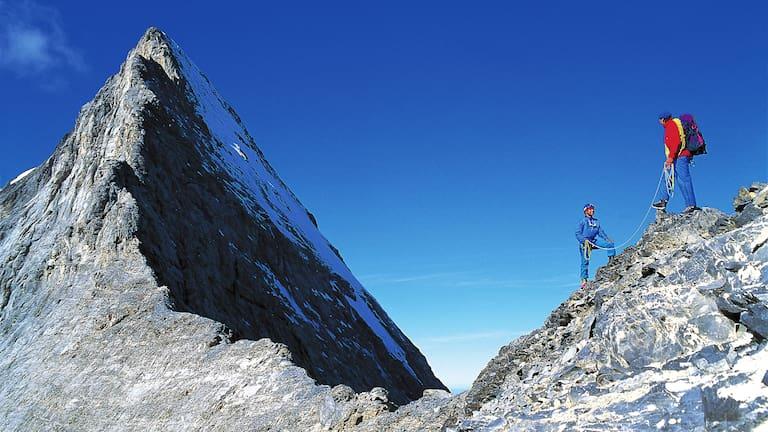 Bergsteiger am Mittellegigrat des Eigers in den Berner Alpen