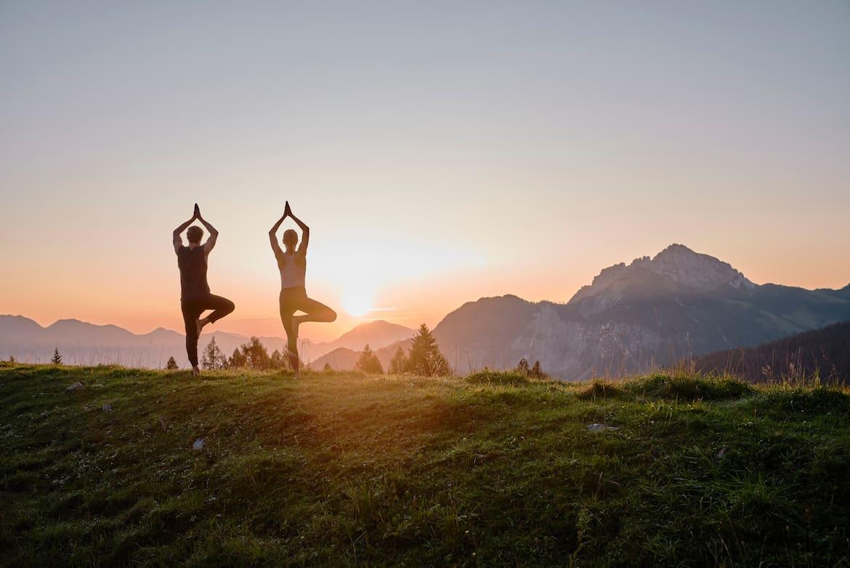 Wachse über dich hinaus - zum Beispiel bei einer Sonnenaufgangs-Yoga-Wanderung.