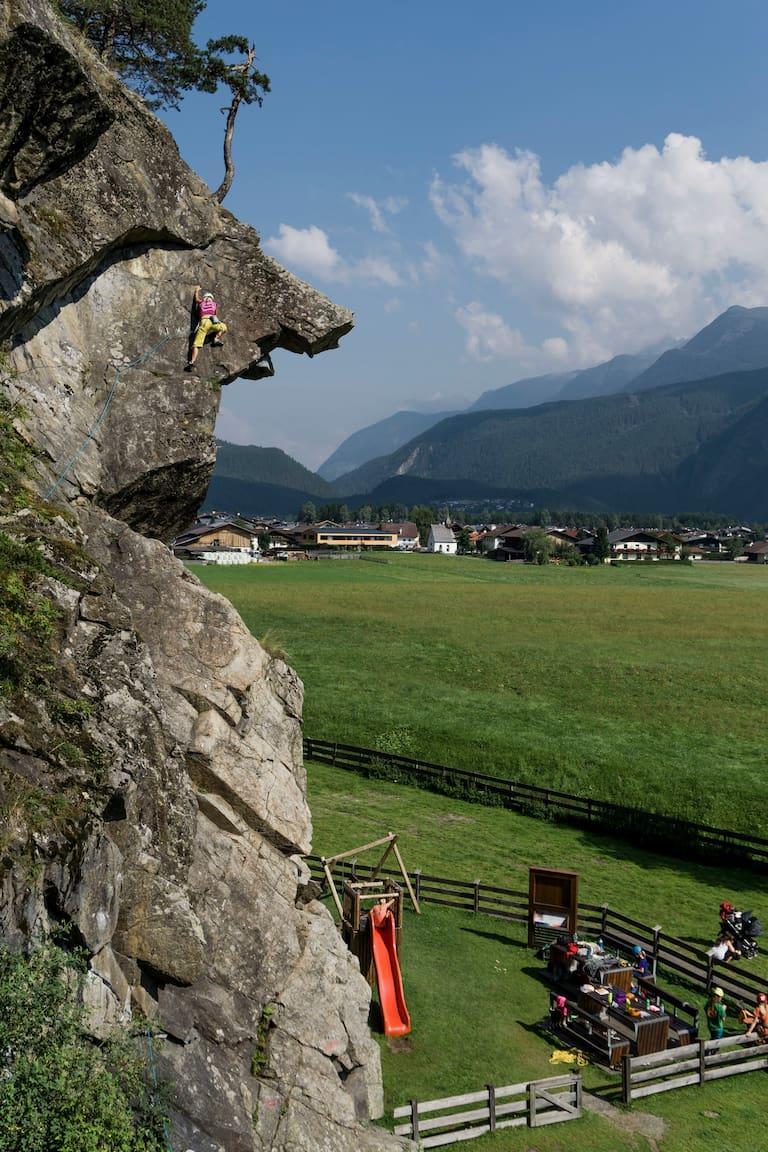 Nicht nur der Fels besticht im Ötztal, auch die Picknick-Zone mit Zaun, Rutsche und Schaukel!