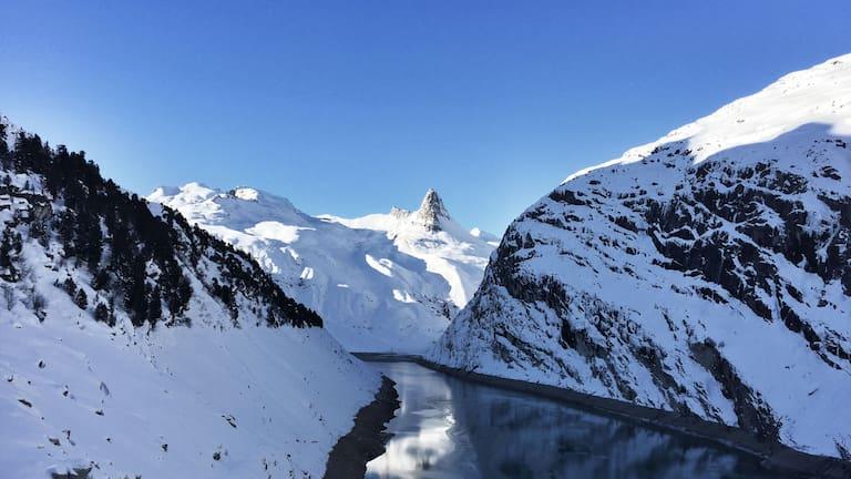 Skitour aufs Fanellhorn: Blick in die winterlichen Adula Alpen im Valsertal