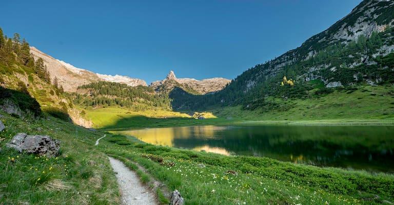 Das Schottmalhorn (2.045 m) spiegelt sich im Funtensee im Steinernen Meer, Nationalpark Berchtesgaden
