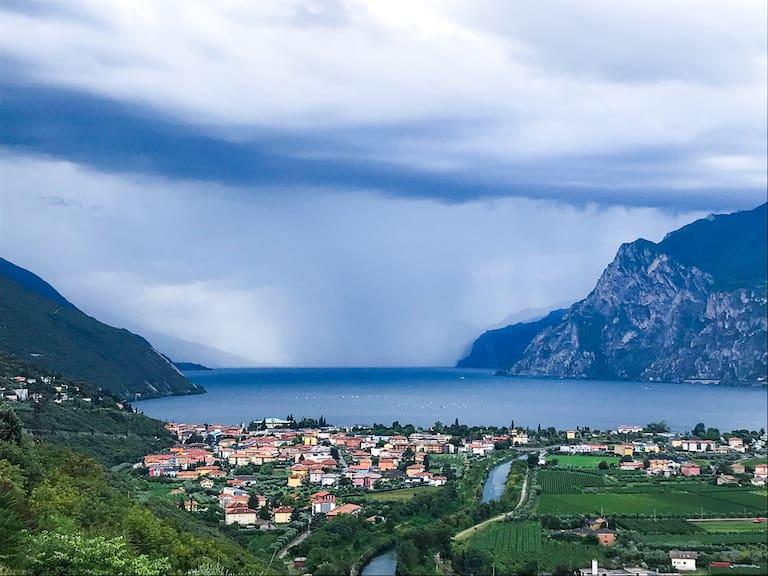 Blick auf Torbole und den Gardasee.