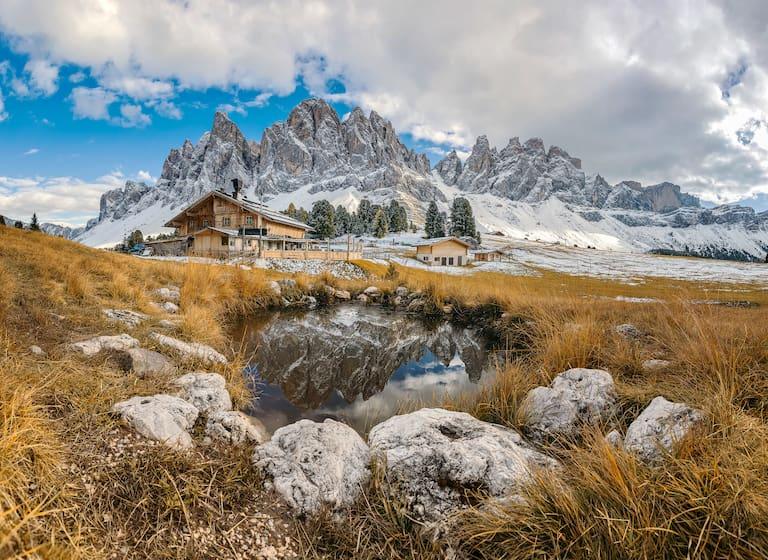 Eindrucksvoll liegt die Geisleralm (1.996 m) im Naturpark Puez-Geisler am Fuße der Geislerspitze, im Südtiroler Villnösstal.