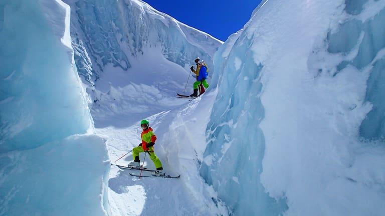 Gletscherabfahrt: Kinder auf Skiern am Gletscher