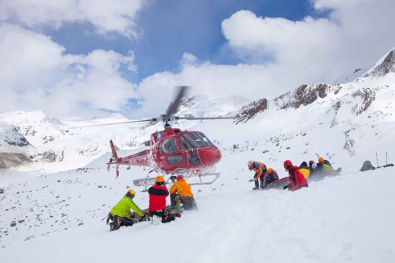 Alpiner Notfall: Eintreffen der Einsatzkräfte im Helikopter in den Schweizer Alpen