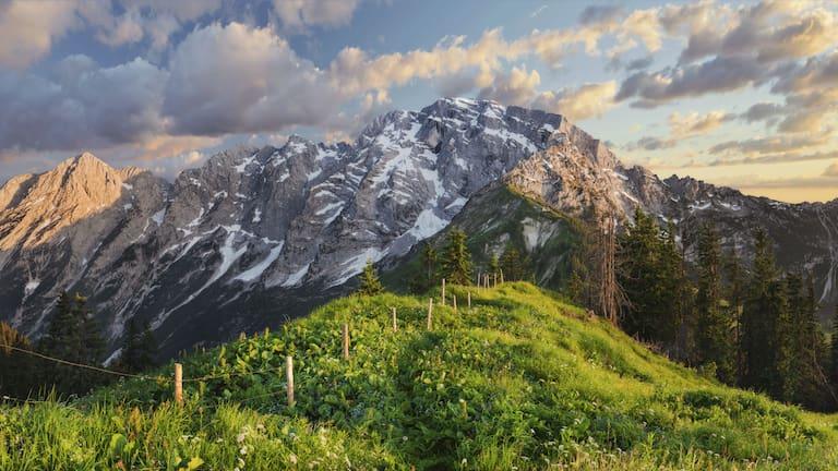 Grenzzaun zwischen Salzburg und Bayern: Blick auf den Hohen Göll in den Berchtesgadener Alpen