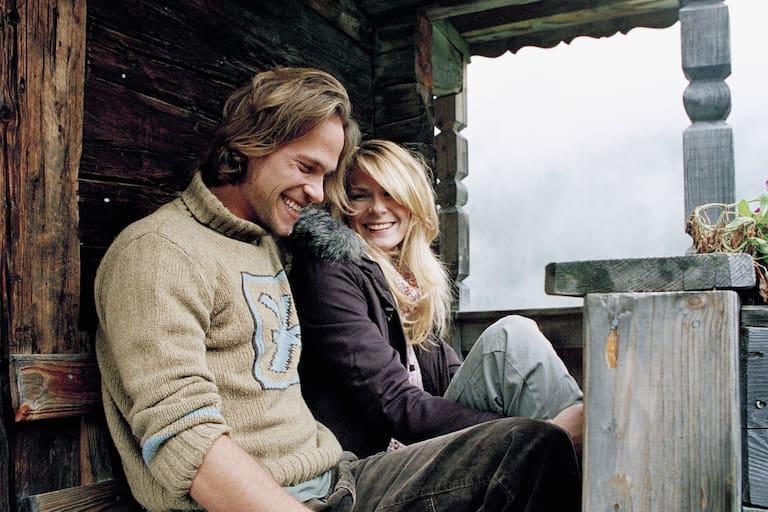 Paar auf einer Hütte am Berg