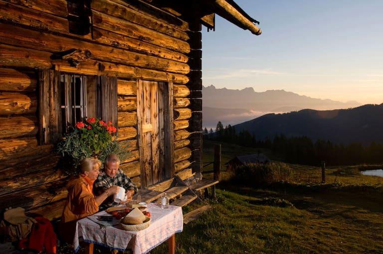 Brotzeit vor der Hütte