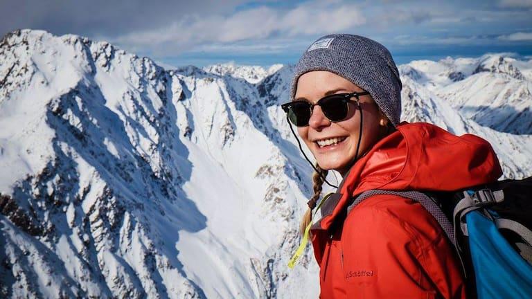 Bergwelten-Redakteurin Ina am Gipfel der Lampsenspitze in Tirol