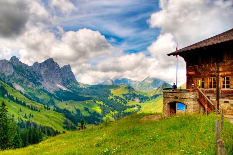 Das Soldatenhaus in den Freiburger Alpen am Fuße der Gastlosenkette