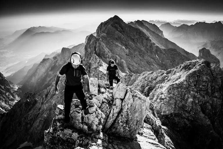 Bergsteiger am Jubiläumsgrat der Höllentalspitzen in Bayern