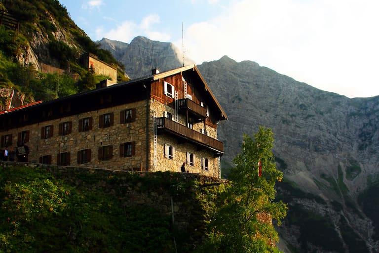 Das Karwendelhaus im Karwendel in Tirol