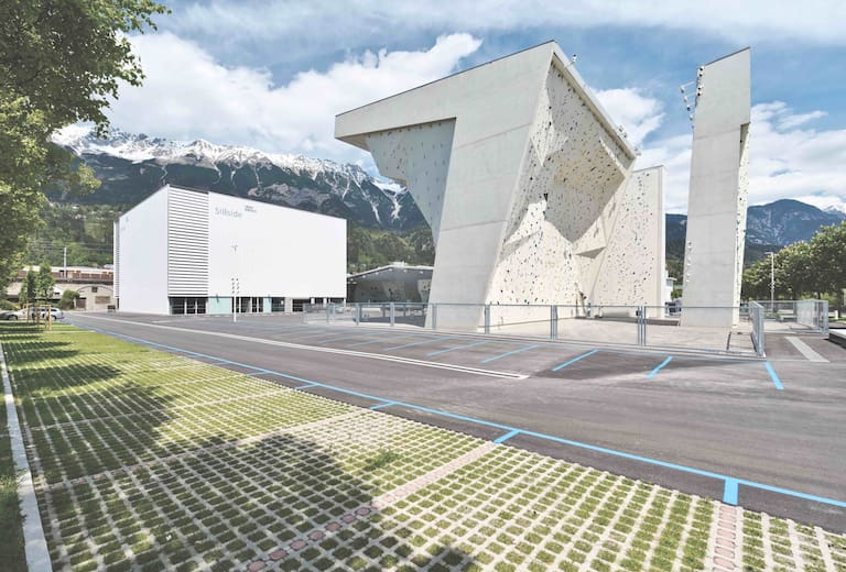 Das Kletterzentrum Innsbruck ist schon von außen riesig.