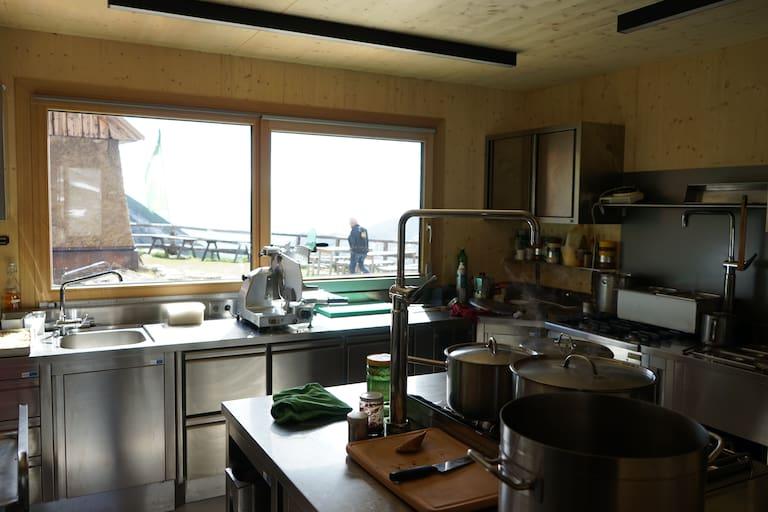 Die neue Küche auf der Salmhütte.