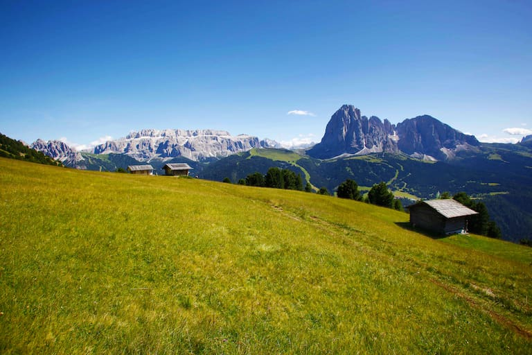 Wandern in Südtirol: Blick auf Lang- und Plattkofel in den Dolomiten