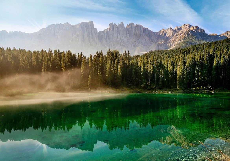 Die Dolomiten spiegeln sich im mystischen Karersee