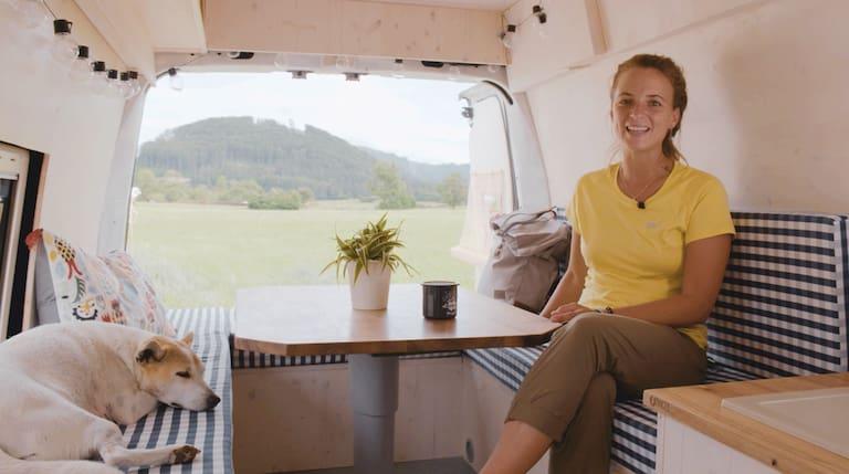 Laura und ihr Hund Venus im Camperbus Vanda
