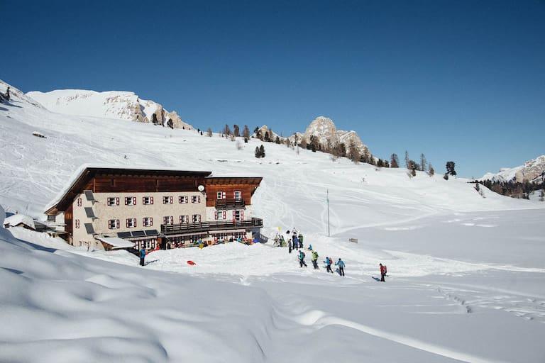 Die Lavarellhütte (2.045 m) inmitten des Naturparks Fanes-Sennes-Prages