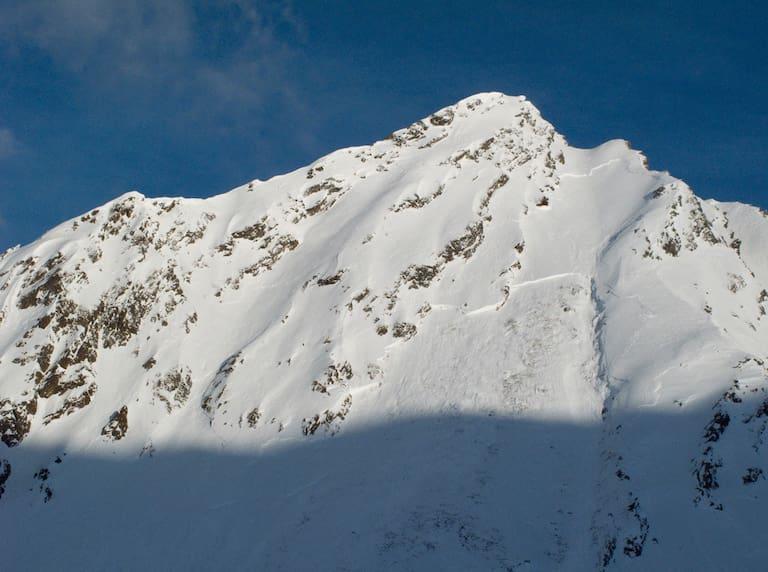Große Schneebrettlawinen wie hier, am Gamskogel (2.659 m) in den Stubaier Alpen vergangenen Jahres, sind aktuell nicht auszuschließen