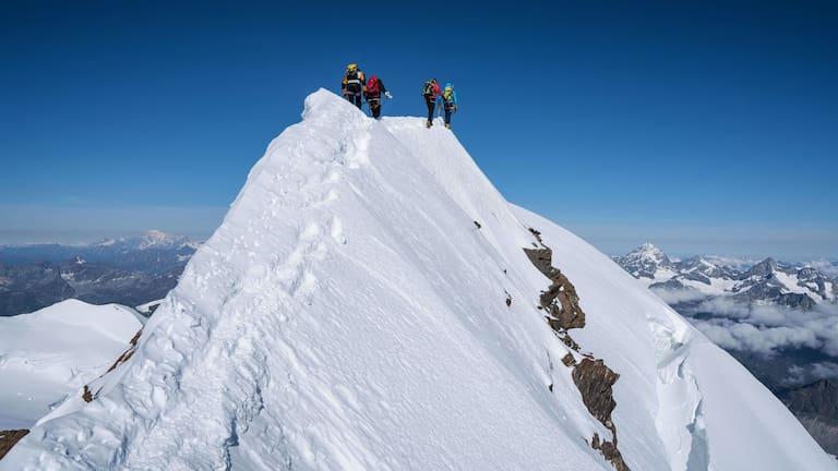 Überschreitung: Bergsteiger am Grat des Liskamms im Walliser Grenzkamm