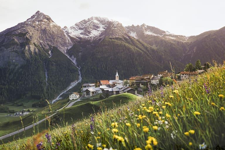 Blumige Ansicht von Latsch, Graubünden