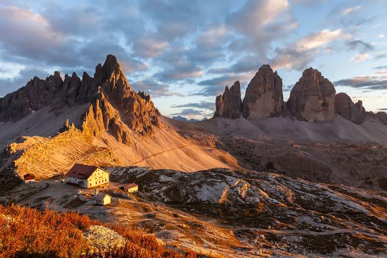 Drei Zinnen Hütte (2.405 m) in den Dolomiten