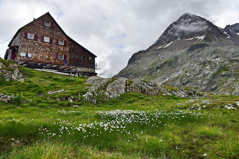 Die Adolf-Nossberger-Hütte (2.488 m) in der Kärntner Schobergruppe