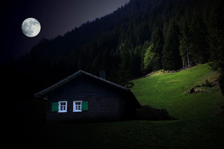 Berghütte bei Vollmond