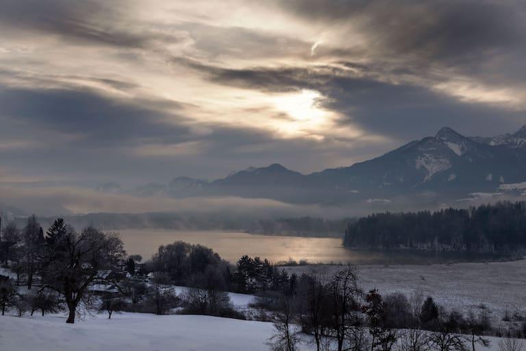 Das Bergwochenende pendelt zwischen Schneefall und Regen, die Temperaturen liegen weiter über dem Durchschnitt (Bild: Faaker See, Kärnten)