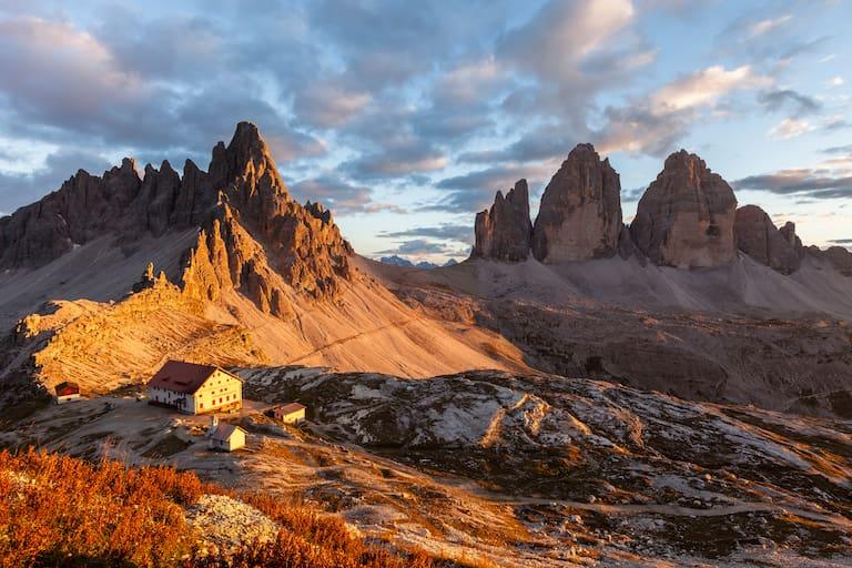 Die Drei Zinnen Hütte (2.405 m) am Fuße des Paternkofels