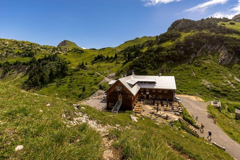 Die Freiburger Hütte (1.931 m) in Vorarlberg