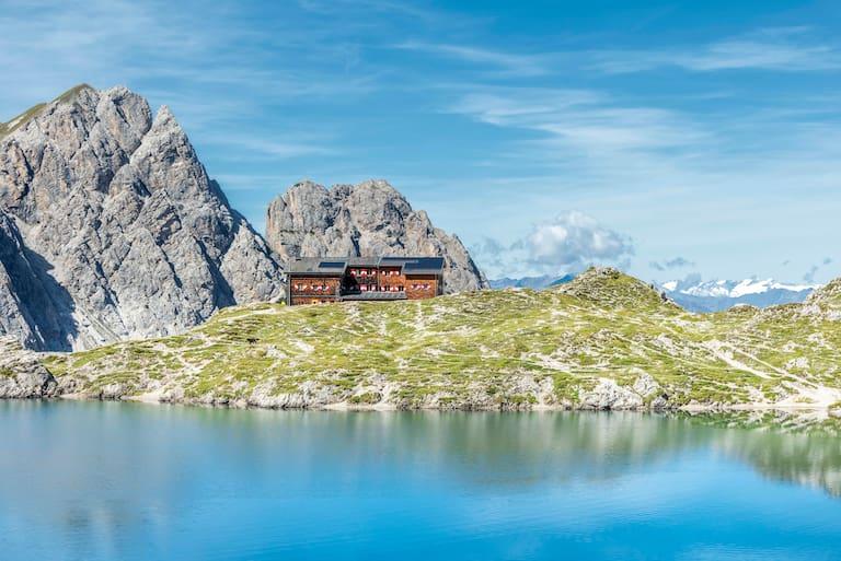 Die Karlsbader Hütte in Osttirol liegt direkt am malerischen Laserzsee
