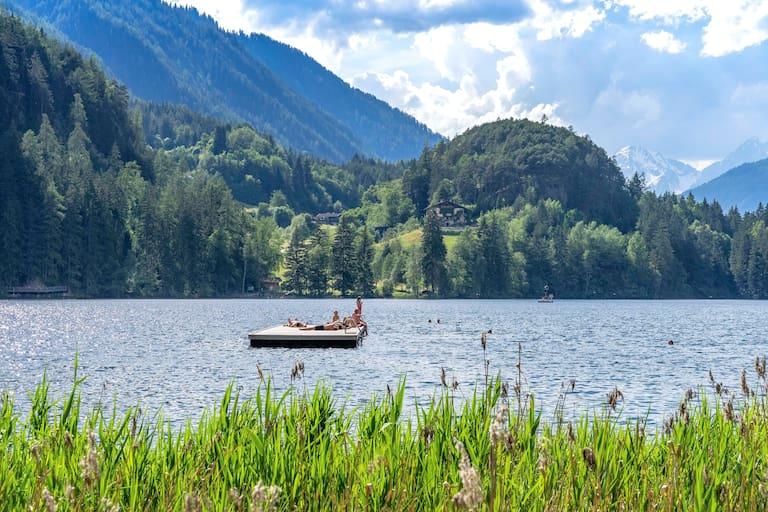 Ab dem frühen Nachmittag kündigen sich an diesem Wochenende immer wieder Gewitter an. Foto: Piburger See in Tirol