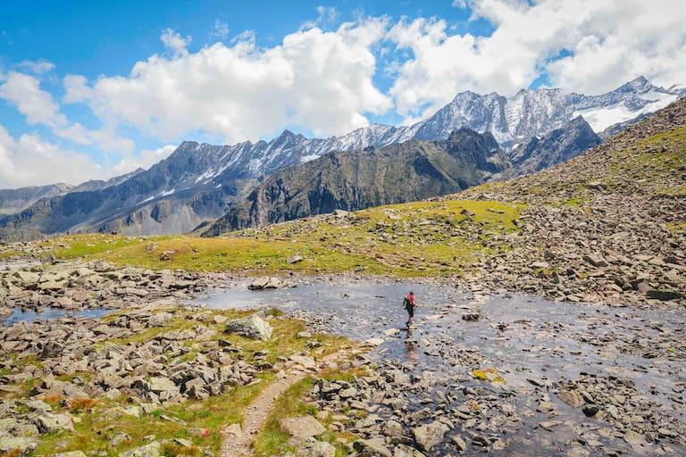 Rinnenkarbach mit Blick auf die Stubaier Alpen