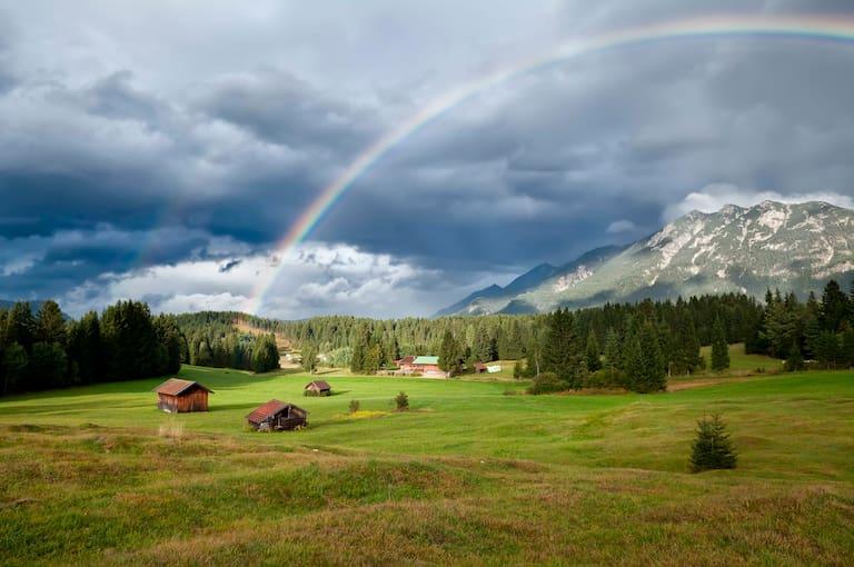 Mit Regenschauern ist am Pfingstwochenende immer wieder zu rechnen. Foto: Regenbogen im Karwendel