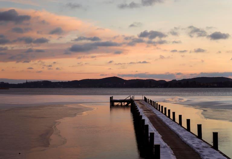 Winterliche Sonnenuntergangsstimmung am Ufer des bayerischen Wörthsees