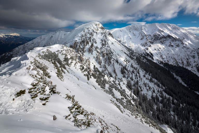 Aktuell herrschen traumhafte Skitourenbedingungen in den Mürzsteger Alpen in der Hochsteiermark, im Bild der Gipfel des Großen Wildkamm und der Hohen Veitsch (rechts)