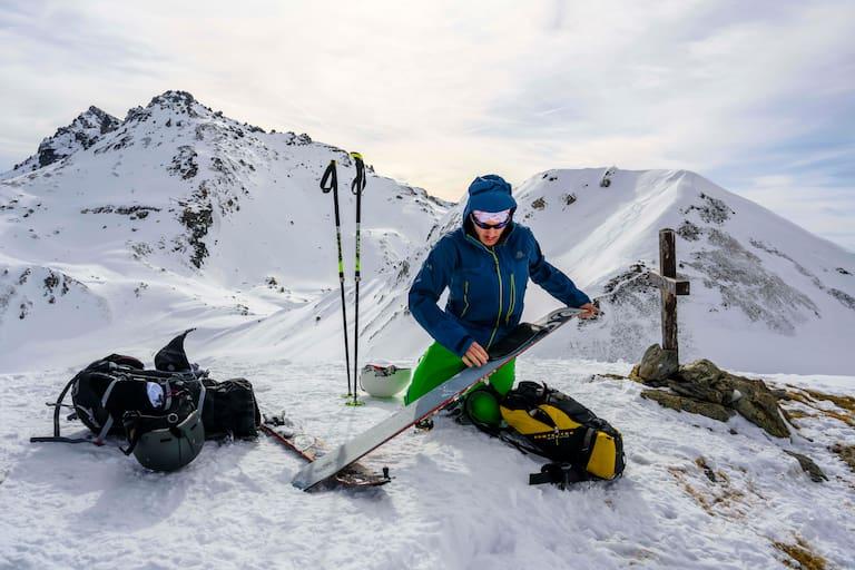 Ein Skitourengeher beim Anfellen am Gipfel in den Tuxer Alpen